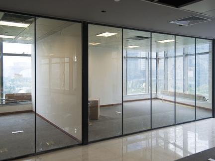 鋼化磨砂玻璃隔斷特色及辦公室用玻璃隔斷的好處_重慶隔斷