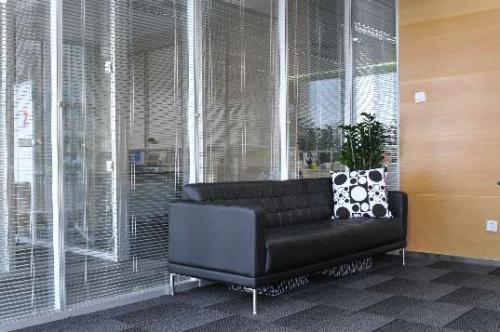 钢化磨砂玻璃隔断特色及办公室用玻璃隔断的好处_重庆隔断