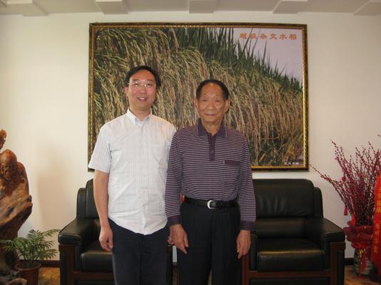 王良驹总裁与水稻专家袁伟平合影.jpg