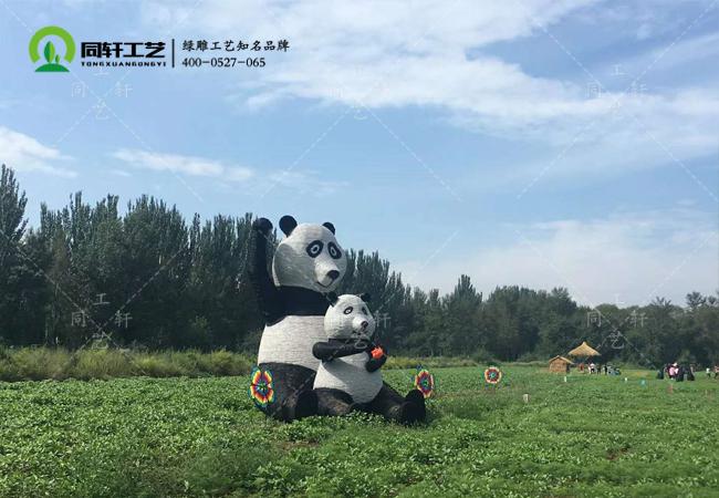 草雕熊猫母子