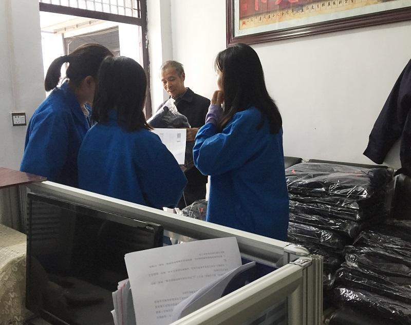 给员工创造好的工作条件,维境车业赶在天冷之前给员工发冬季棉服工装|公司动态-河南维境新能源汽车有限公司
