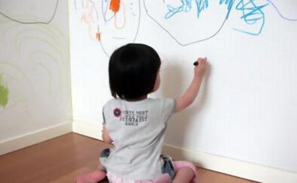 孩子在墙面乱涂乱画