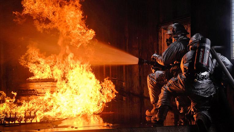 消防员使用洛阳灭火器灭火