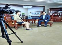 东男老师接受电视台专访