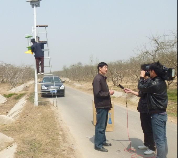 砀山电视台记者正在采访安装晟佳牌杀虫灯的生产厂家
