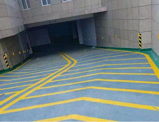 车库坡道的地坪漆施工