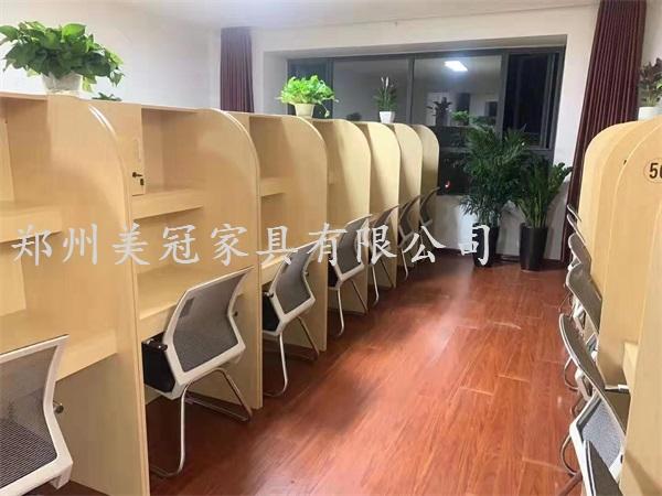 河南大学生自习室桌子