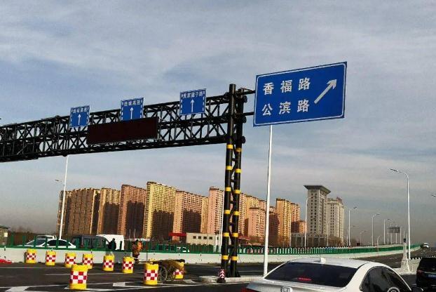 工程全长1020米,桥上双向6车道、桥下辅路双向6车道